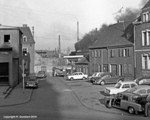 Heute ist hier die B51: Neben dem interessanten Fahrzeugpark und der Hinterhof-Werkstatt im Hintergrund, sieht wie hoch damals noch die Latte der Zumutbarkeitsgrenze für angemessenes Wohnen lag (Foto: Reinhard Gumbert)