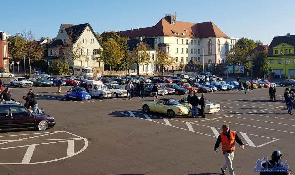 Die Oldtimer versammeln sich bereits auf dem Hindenburgplatz (Foto: Kevin Frank)