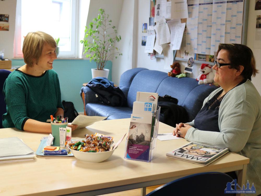 Neben Hausbesuchen berät Diakoniemitarbeiterin Sabrina Sofka-Hell (links) die Klienten auch in ihrem Büro. Tina R. kommt vorbei, wenn Sie Unterstützung bei Formalitäten braucht.  Fotohinweis: Diakonie Saar / Stein