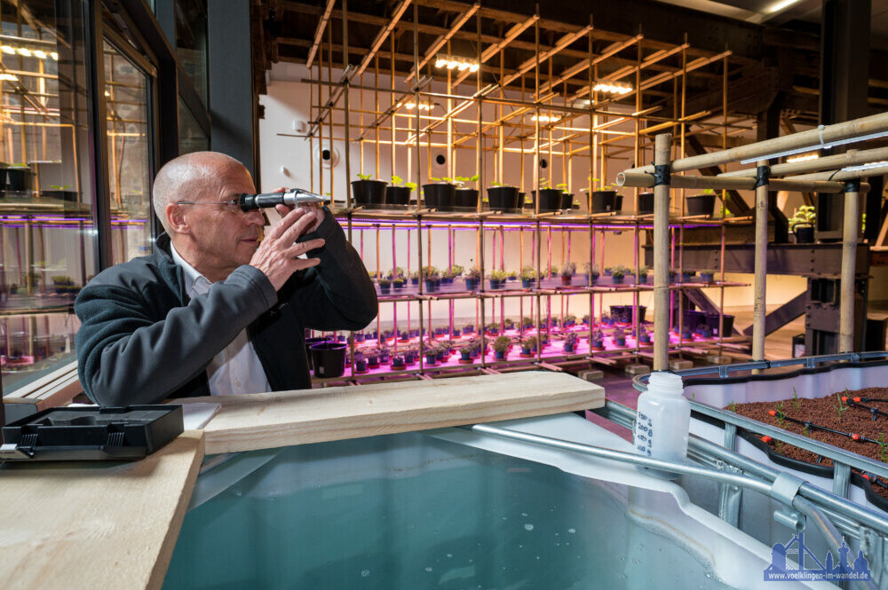 Aquaponik Meeresbiologe Uwe Waller nimmt eine Wasserprobe im FUTURE LAB IBA-Plant Copyright Foto: Weltkulturerbe Völklinger Hütte/Oliver Dietze