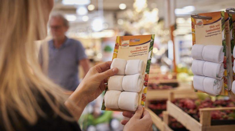 Globus arbeitet kontinuierlich an der Reduzierung von Plastikverpackungen. In der Obst- und Gemüseabteilung können Kunden auf Mehrwegbeutel aus Polyester zurückgreifen. (Bildnachweis: © Globus SB-Warenhaus)