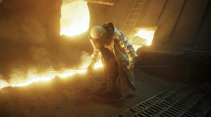 Juni 1988 Duisburg: Thyssen-Stahlwerk, Arbeiter in der Hochofenanlage. Von Bundesarchiv, B 145 Bild-F079044-0020 / CC-BY-SA 3.0, CC BY-SA 3.0 de, Link