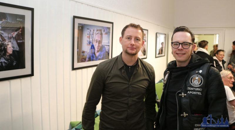 Zur Eröffnung der Ausstellung im Café Valz in Völklingen mit den Fotos von Bernd Ollinger (li) war auch Björn Harry von den Barber Angels gekommen. Foto: Diakonie Saar/ Paulus