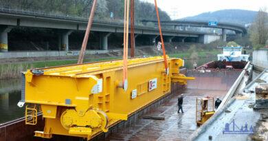 Neuer Roheisentransportkran für das LD-Stahlwerk: Anlieferung der Großbauteile über die Saar