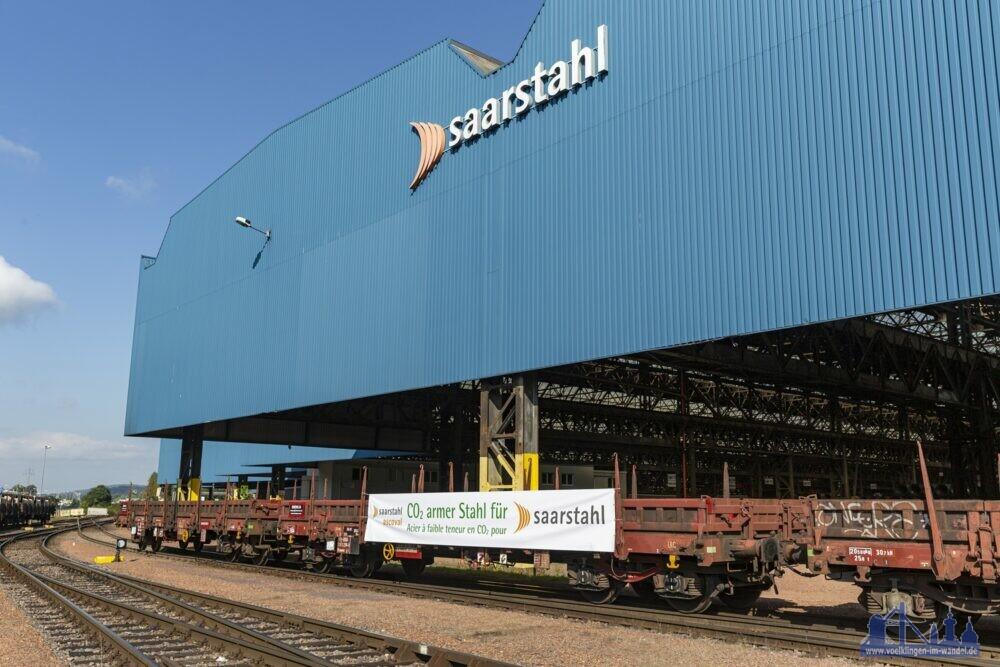Bild 1: Mitarbeiter von Saarstahl prüfen in Burbach die CO2-reduzierten Stahlknüppel von Saarstahl Ascoval. (Copyright: Saarstahl)