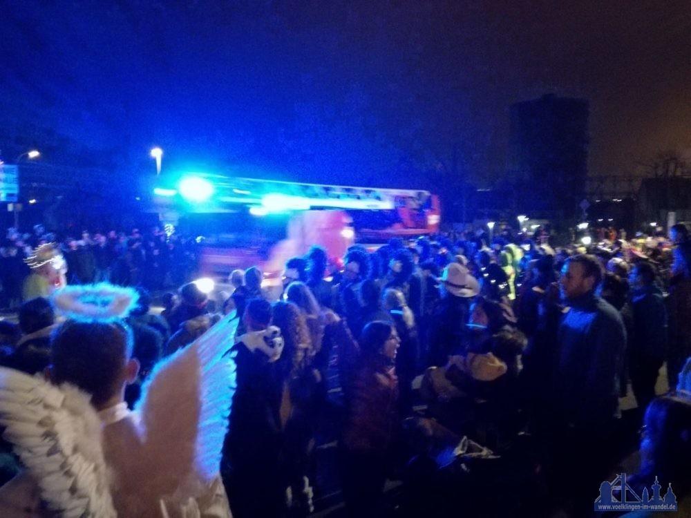 Auf der Anfahrt musste die Feuerwehr durch das Umzugspublikum des Nachtumzuges in Wehrden (Leserfoto)