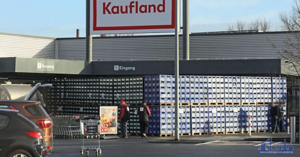 Eine riesige Wand aus Bierkästen blockiert am heutigen Freitagmorgen den Eingang zur Kaufland-Filiale in der Hallerstraße im Völklinger Stadtteil Wehrden.