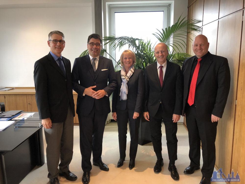 Bildunterschrift: Wirtschaftsförderer Christof Theis, Tim Hartmann, Christiane Blatt, Martin Baues, Christof Sellen Foto: saarstahl