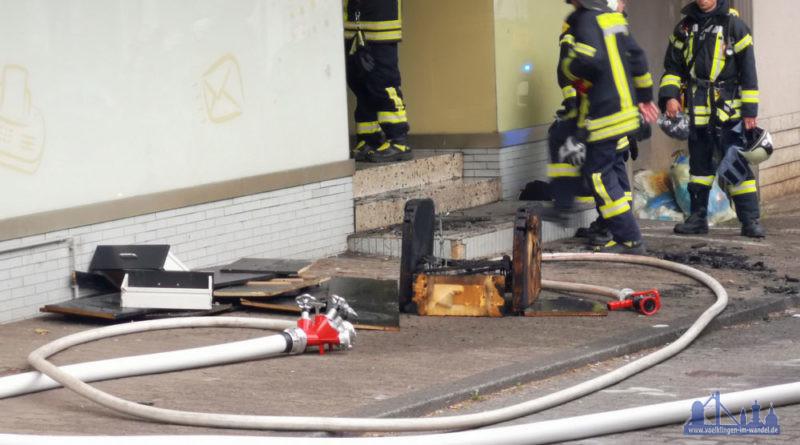 Unrat brannte im Eingangsbereich (Foto: Hell)