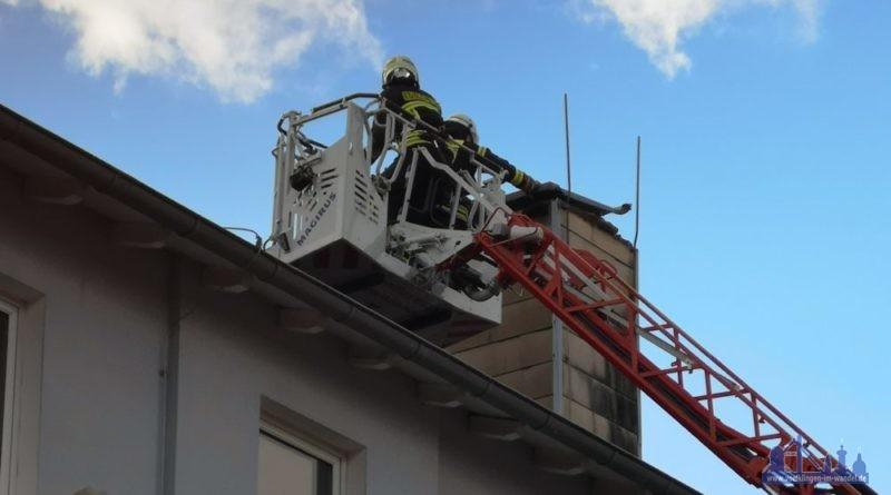 In der Gatterstraße lösten sich Teile am Dach der Turnhalle - Autos wurden von fliegenden Teilen beschädigt. (Foto: Hell)