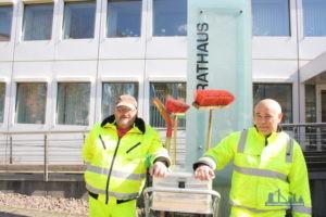 Gehören zu dem Team, das in der Innenstadt für Sauberkeit sorgt: Vito Puglisi und Berthold Jacobs(von rechts) ; Foto: Uwe Grieger