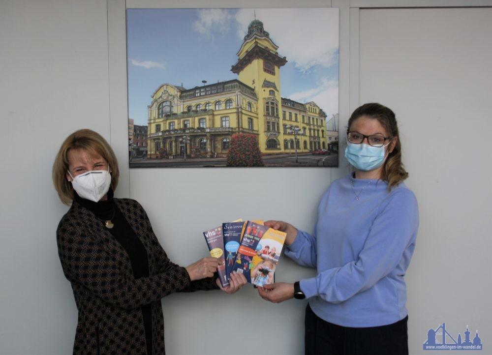 Oberbürgermeisterin Christiane Blatt und VHS-Direktorin Jenny Ungericht präsentieren die neuen VHS-Programme (Foto:Stadt Völklingen, S.Feß)