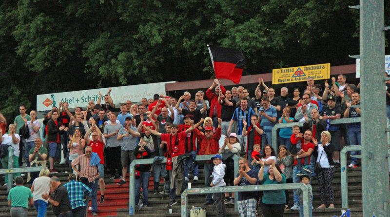 Nach dem Relegationsspiel SV Röchling Völklingen gegen den FSV Bissingen feiern die Fans ihr Team (Foto: Hell)