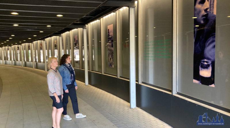 Oberbürgermeisterin Christiane Blatt betrachtet die touristischen Abbildungen, die durch die Aufhellung der Unterführung in einem neuen Licht erstrahlen. (Foto: Stadt Völklingen, S.Feß)