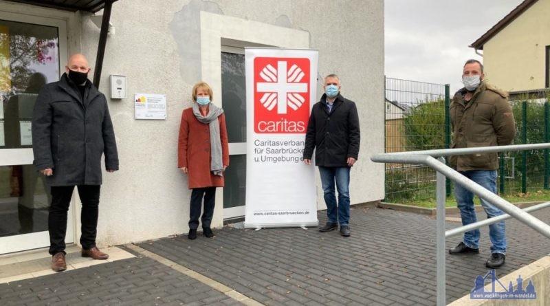 Bürgermeister Christof Sellen, Oberbürgermeisterin Christiane Blatt, Caritasdirektor Michael Groß und Stadtteilsprecher Michael Lauer vor dem Gebäude in der Zilleichstraße 2.