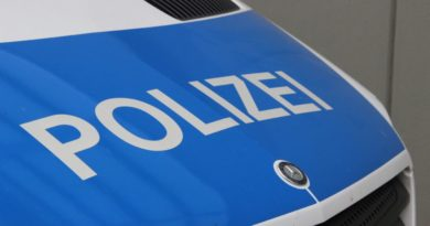 Motorhaube eines Polizei-Fahrzeugs von Andreas Hell - Völklingen im Wandel ist lizenziert unter einer Creative Commons Namensnennung - Weitergabe unter gleichen Bedingungen 4.0 International Lizenz.
