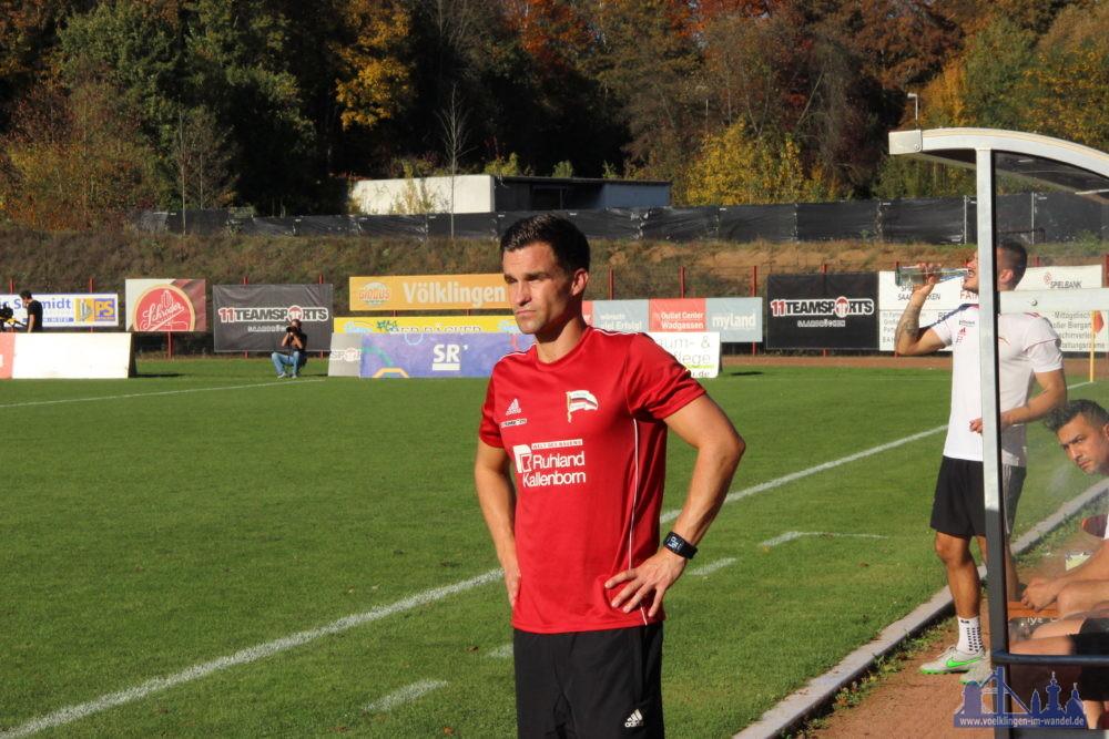 Nico Zimmermann in einer ungewohnten Rolle: Er vertritt Coach Günter Erhardt an der Seitenlinie (Foto: Hell)