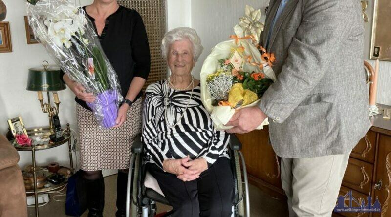 Oberbürgermeisterin Christiane Blatt und Norbert Degen (RV Saarbrücken) gratulieren Käthe Kamy zum 100. Geburtstag. (Stadt Völklingen, S.Feß)