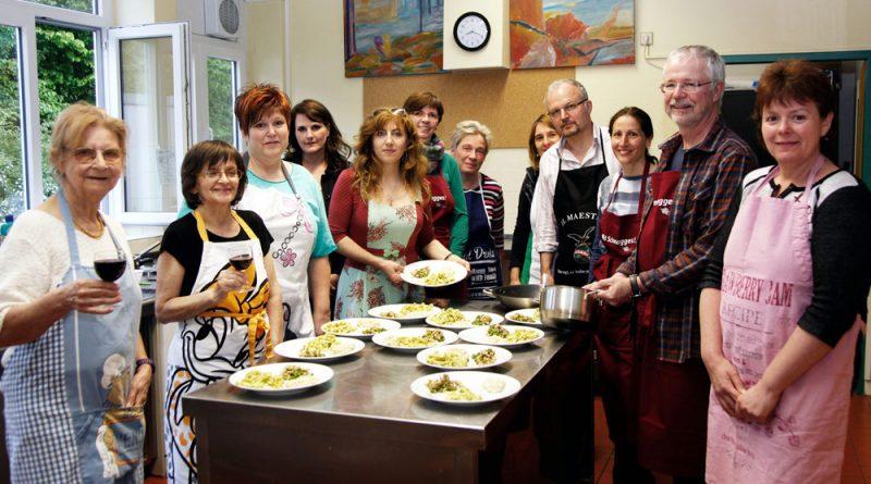 Kochen mit Francesca Galati (5.v.l. Foto: Stadt)