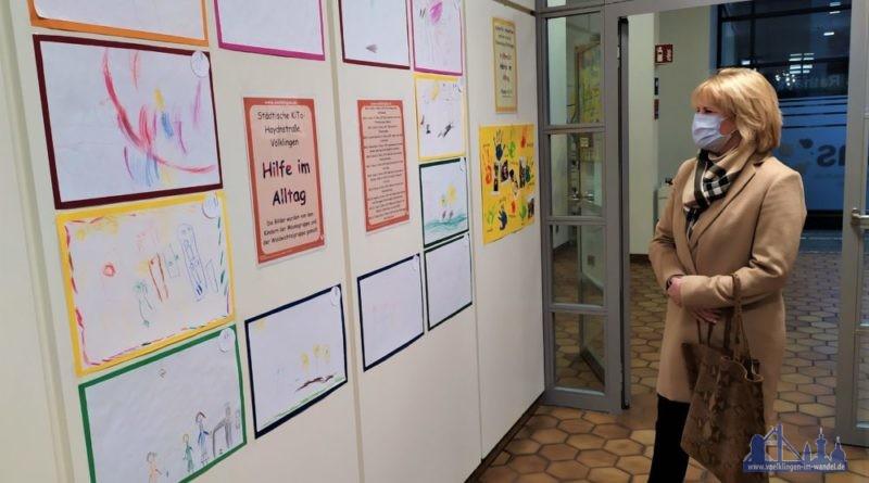 Oberbürgermeisterin Christiane Blatt betrachtet die kreativen Werke der Kita- und Grundschulkinder (Foto: Stadt Völklingen, Anne Bartelt).