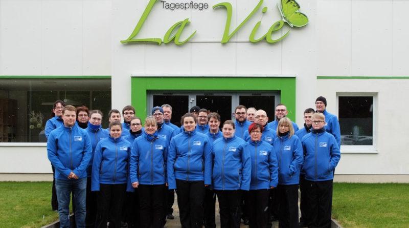 """Christian Sauer, Geschäftsführung des Pflegeteams """"La Vie"""" in Völklingen-Luisenthal, stattete die Marching-Band mit neuen Softshelljacken aus. (Foto: Verein)"""