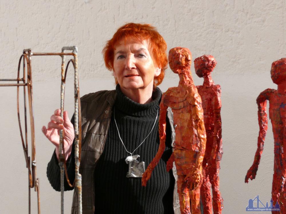 Inge Andler-Laurenz mit ihren Figuren | Foto: Stadt VK