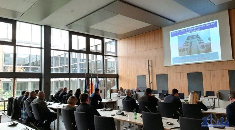 Mitarbeiterinnen und Mitarbeiter beider Verwaltungen im großen Sitzungsaal des Neuen Rathauses Fotonachweis: Stadt Völklingen/Evi Forster
