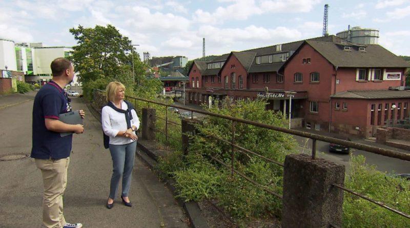 Oberbürgermeisterin Christiane Blatt und Stadtführer Christian Müller blicken in Richtung des Alten Bahnhofs. (Bild: Saarländischer Rundfunk)