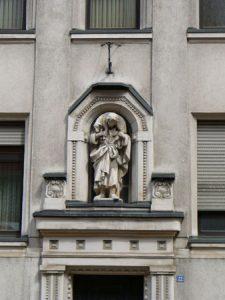 Details an der Kirchenfassade (Foto: Hell)