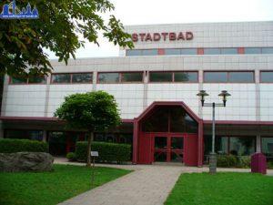 """An der Fassade steht bis heute """"Stadtbad"""", inzwischen heißt das Völklinger Hallenbad allerdings """"Raymund-Durand-Bad"""" (Foto: Hell)"""