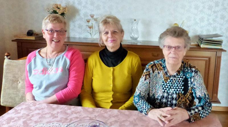 """""""Die fragen auch von sich aus nach, ob alles stimmt und kommen mal vorbei, um nach dem Rechten zu sehen."""", stellt die begeisterte Pflegeherzen-Kundin fest. Auf dem Foto: Aleksandra zwischen Frau Schneider und Ingrid (Pflegeherzen)"""