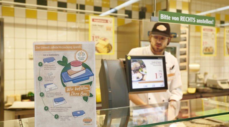 Globus arbeitet kontinuierlich an der Reduzierung von Plastikverpackungen. An den Frischetheken können die Kunden beispielsweise ihre selbst mitgebrachten Boxen befüllen lassen. (Bildnachweis: Tom Gundelwein)