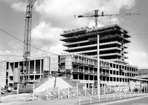 """Das """"Neue Rathaus"""" im Bau, eine Aufnahme von 1967 (Bild: Stadt Völklingen)"""