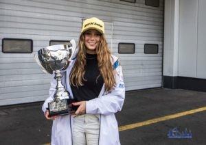 Carrie Schreiner mit dem Siegerpokal vom DUNLOP 60 (Foto: motorsport-xl.de)
