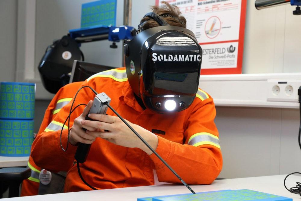 Besuchermagnet beim Tag der Ausbildung im letzten Jahr: die Schweißsimulationsanlage, an der sich Interessierte mittels Spezialhelmen virtuell als Schweißer versuchen können (Foto: Saarstahl AG)