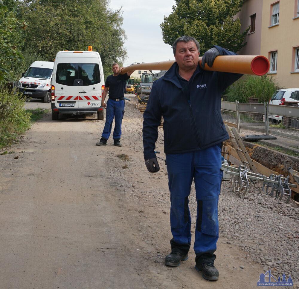 Neue Leitungen für den Hohlweg: Volker Bitdinger (vorne) und Tobias Heib mit einem Gasrohr (Foto: Stadtwerke Völklingen, Abdruck frei)