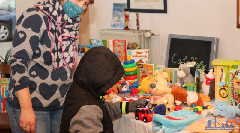 Jedes Kind darf sich ein Spielzeug aussuchen. Diakoniemitarbeiterin Sabrina Sofka-Hell hilft den Kindern dabei. Fotohinweis: Diakonie Saar/Stein