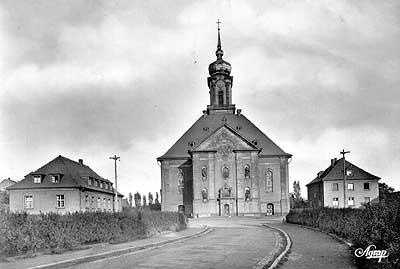 1954: Die Versöhnungskirche umgeben von denn Pfarrhäusdern der Gemeinde.