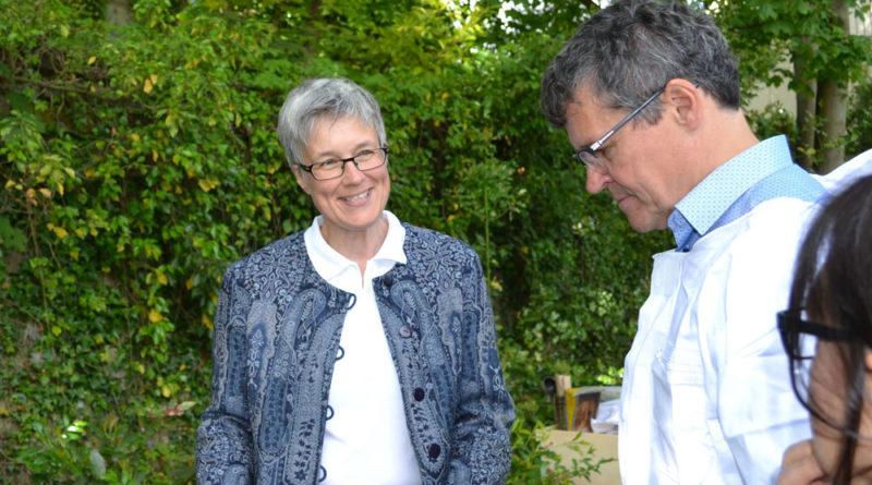 BU: Dr. Susanne Meuser erläutert Regionalverbandsdirektor Peter Gillo Wissenswertes zum Bienenvolk im Garten hinter dem Erbprinzenpalais, Foto: Regionalverband/Lars Weber