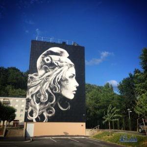 """Das Werk der Künstlerin YZ """"Marianne l'engagée"""" (16 x 11 Meter) in Périgueux mit dem Motiv der neuen """"Marianne"""" für die französischen Briefmarken Copyright: © YZ"""