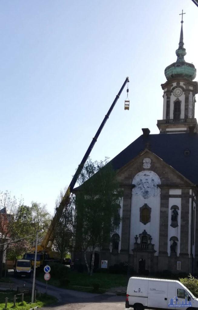 Zwei Personen konnten Mittels Personenkorb das Ziffernblatt der nördlichen Turmuhr an der Versöhnungskirche erreichen. (Foto: v.d.Eltz-Hell)