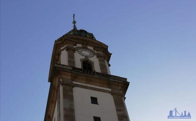 Der Turm zeigt sich aktuell in Richtung Norden ohne Zeiger (Foto: Hell)