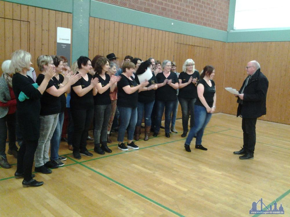 Der Vorsitzende des TSC Royal, Hans-Peter Lemens, ließ es sich nicht nehmen, persönlich die Urkunden und Tanzsportabzeichen an die erfolgreichen Teilnehmer des TSC Royal zu überreichen