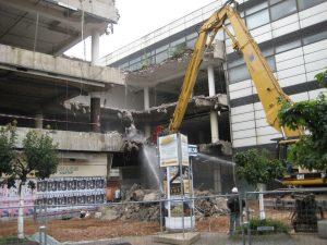 Im August 2008 fraßen sich die Bagger durch den Querriegel - auf den Abriss des restlichen Komplexes wartet Völklingen bis heute. (Archivfoto: Strempel)