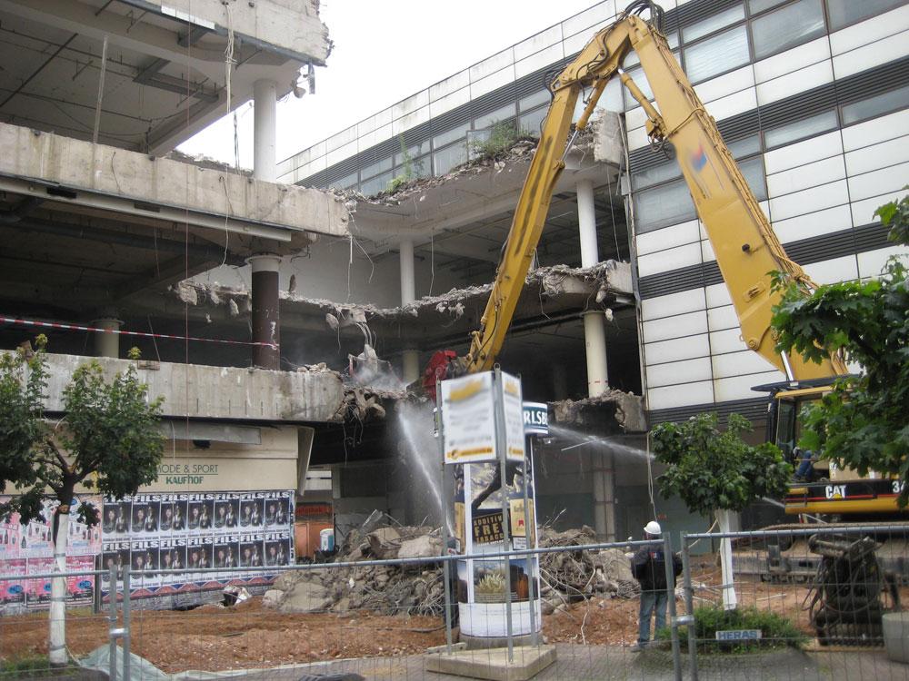 Im August 2008 fraßen sich die Bagger durch den Querriegel - auf den Abriss des restlichen Komplexes wartet Völklingen bis heute! Doch heute könnte es wirklich los gegangen sein. (Mangels Tageslicht bei Feierabend des Autos müssen wir uns mit einem Archivfoto begügen - Quelle: Strempel)