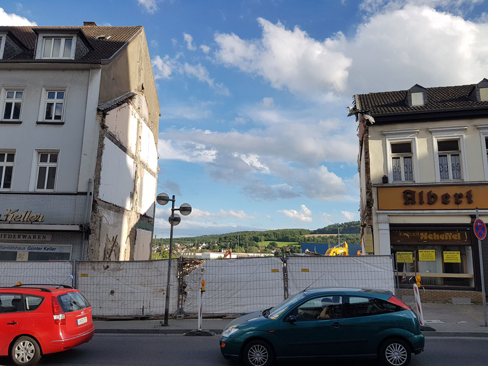 Mit dem Abriss in der Karl-Janssen-Straße eröffnen sich wie auch schon in der Rathausstraße ganz neue Blickwinkel (Foto: Hell)