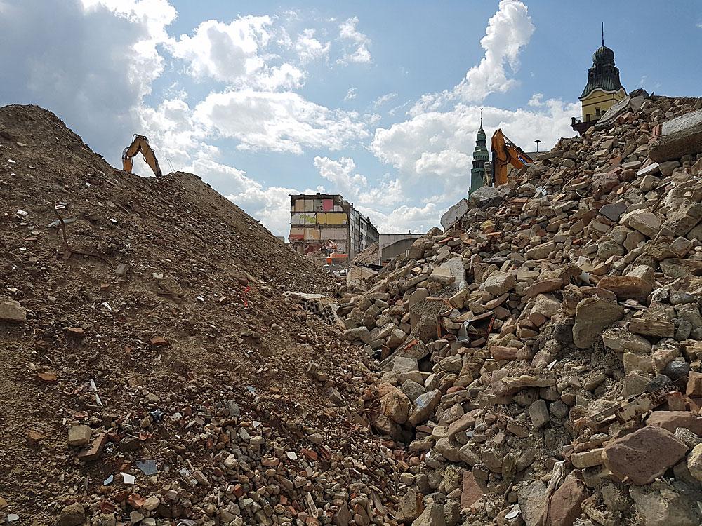 Unfassbare 50000 Tonnen Bauschutt sammelten sich beim Abriss der 18 Gebäude an, ein Großteil davon dient an Ort und Stelle zum Einebnen und Verfüllen des Geländes (Foto: Hell)