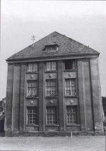 Die alte Kirche nach dem Umbau zum Schulgebäude, sie wurde um 1980 abgerissen. © http://www.warndtdom.de
