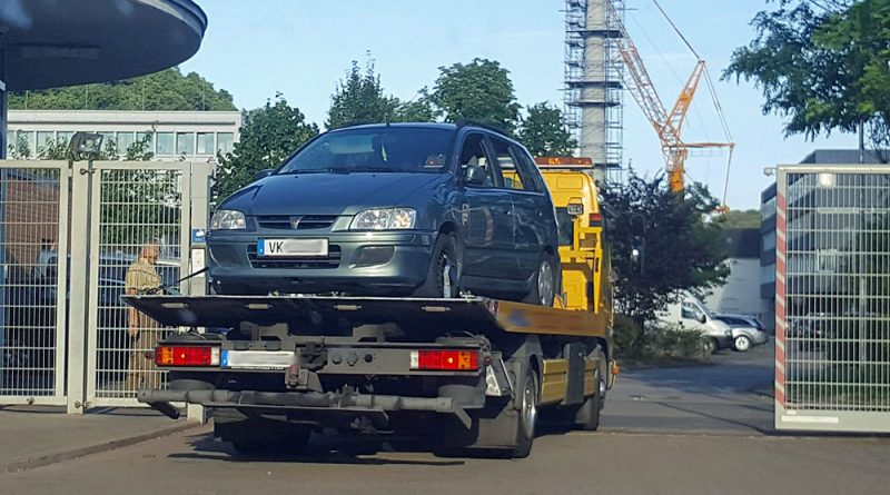 Der beschlagnahmte Wagen landet zur Spurensicherung bei der Polizei in Saarbrücken (Foto: AVENIA)