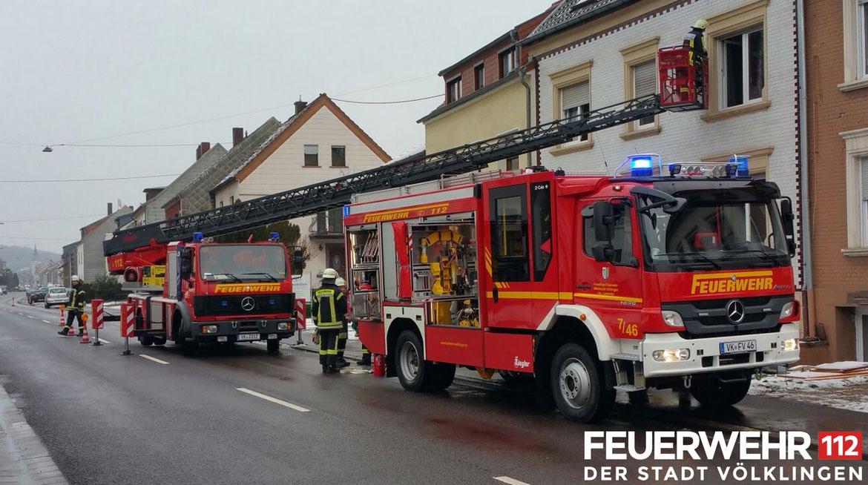 Beim Badezimmerbrand konnte auch das neue Einsatzfahrzeug Florian Völklingen 7/46 (rechts im Bild) seine Qualitäten unter Beweis stellen (Foto: Feuerwehr Völklingen)